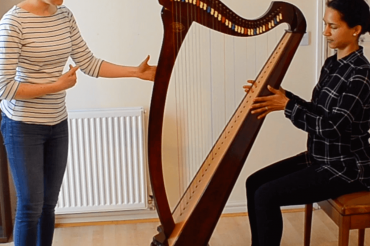 How to sit at the harp